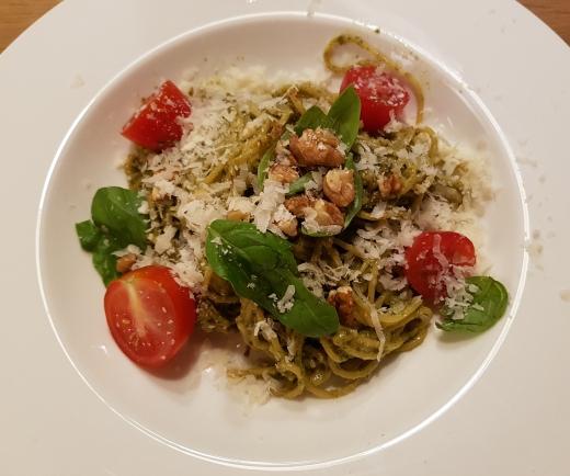 Basilikum-Pesto mit Kirschtomaten und Nüssen